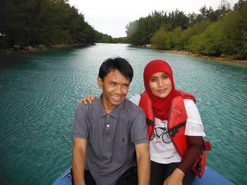 Mama&Papa dengan latar menuju Pulau Air. Kayak gambar tempelan sangking bagusnya. ;)