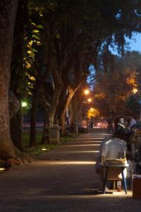 Taman Suropati menjelang malam