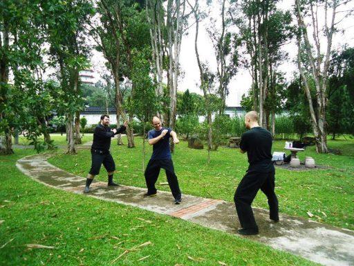 Sekelompok bule yang sedang berlatih bela diri.