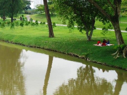 Senangnya piknik di pinggir danau bersama keluarga.. :)