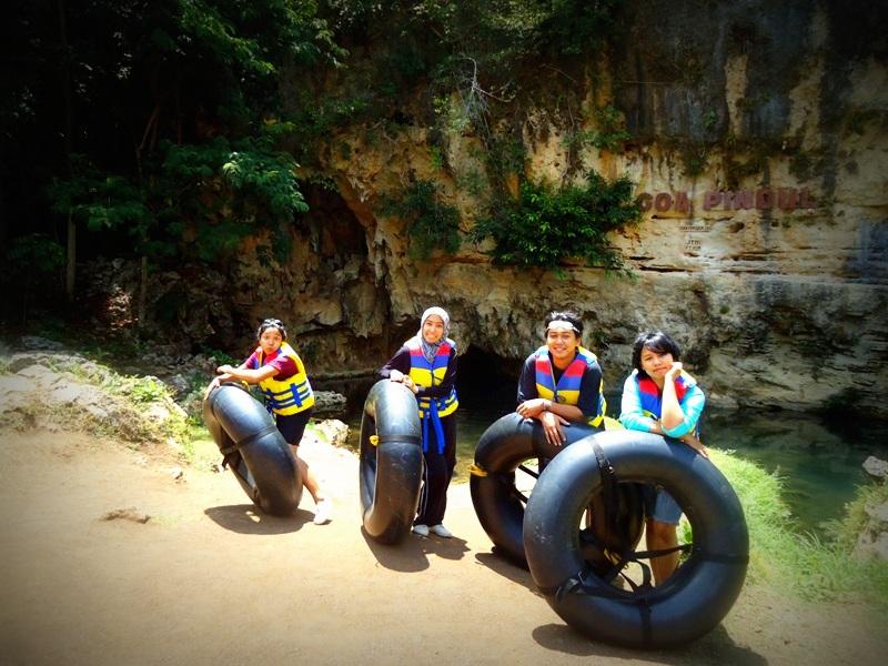 Siap-siap cave tubing di Goa Pindul, Gunung Kidul