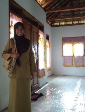 Memakai baju seragam guru saat mengajar di Bawean. :D