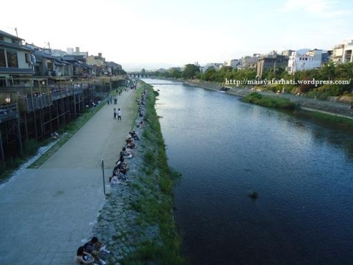 Menghabiskan sore di pinggir sungai.