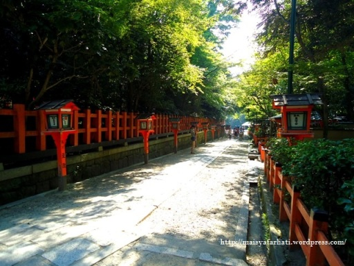 Jalan di komplek Yasaka Shrine