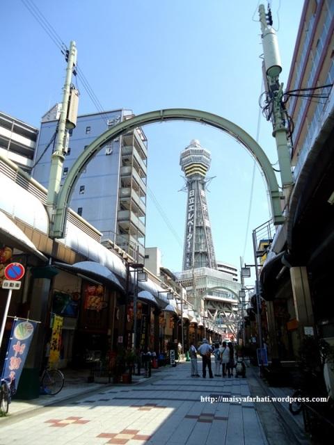 Tsutenkaku Tower dari kejauhan.