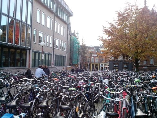 Sepeda di depan Universiteti Bibliotheek (University Library)