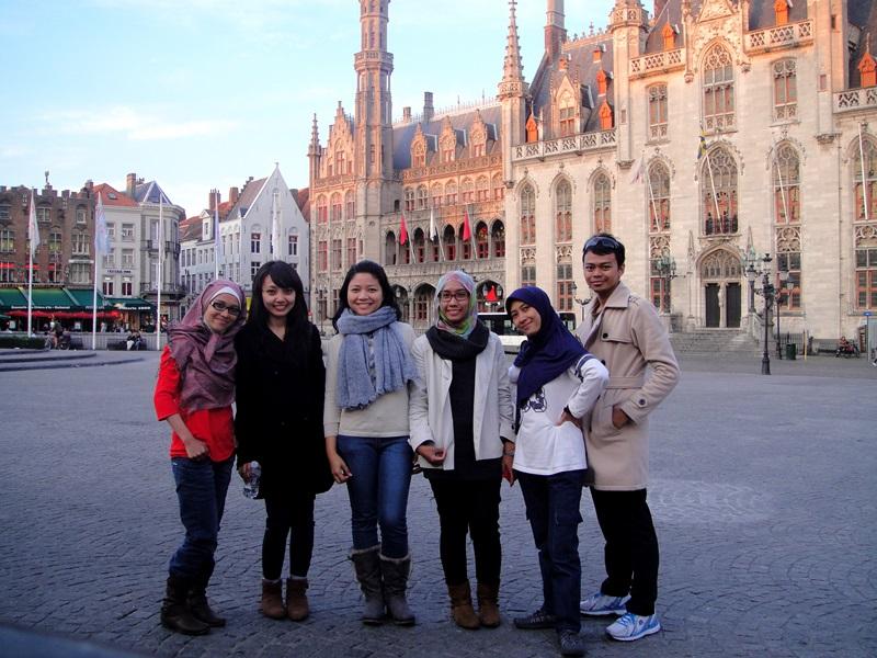 Bertemu solo traveler dari Indonesia (kedua dari kiri) - Brugge