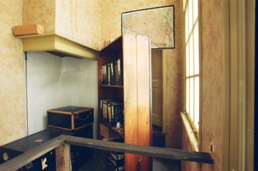 Rak buku dan pintu masuk ke secret annex (foto dari SINI)