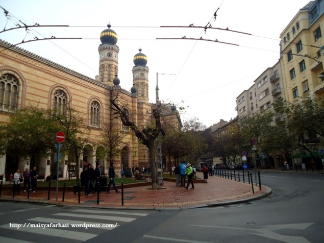 Dohany Street Synagogue tampak dari seberang jalan