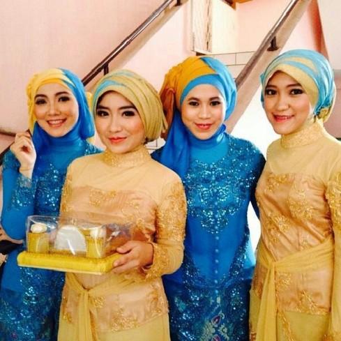 Yani (paling kiri) bersama kedua adik saya, Aini dan Nadia (kebaya warna emas), serta sepupu saya Tami.