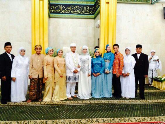 Foto bersama keluarga inti. Syauqi ketiga dari kiri, bertahan berdiri tanpa kruk. ;)