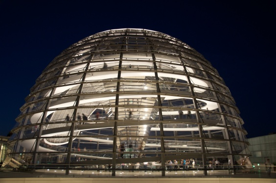 Sumber: http://upload.wikimedia.org/wikipedia/commons/e/e9/Reichstag_Dome_at_night.jpg
