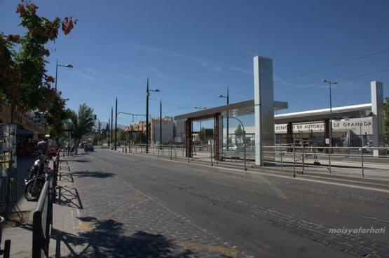Menanti di depan Terminal Bis Granada