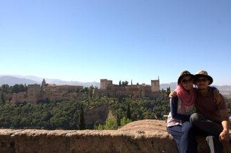Berfoto dengan latar Alhambra