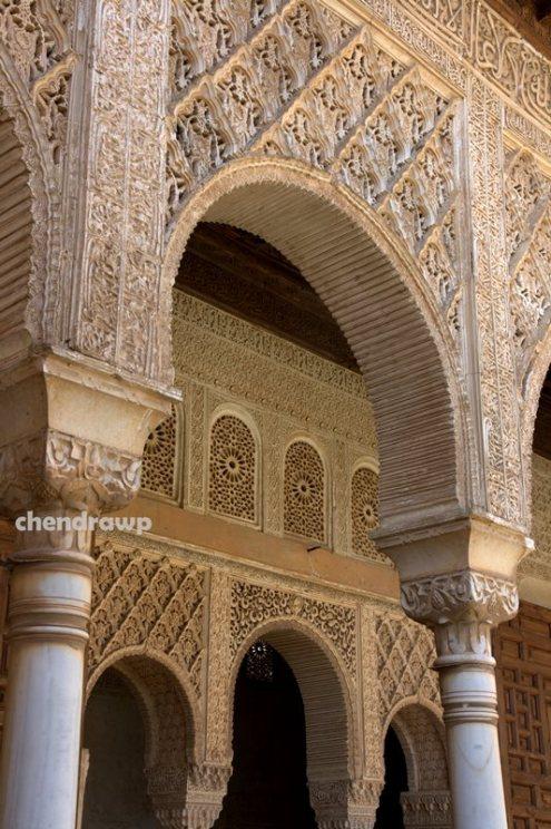 Detail bentuk geometri dan kaligrafi di dinding Alhambra