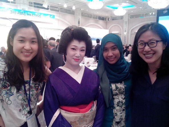 Bersama seorang geisha dan dua delegasi Korea di salah satu meeting