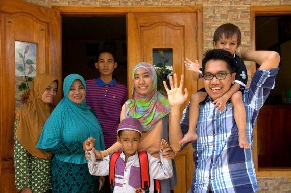 Bersama Tidar dan keluarga Ibu Ulfa di Tambak (foto: Chendra)