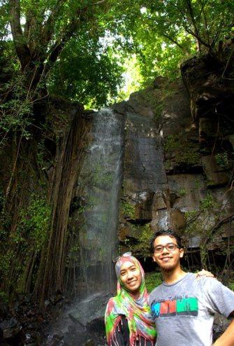 Bersama Chendra di air terjun tak jauh dari Pinang Gunung (foto: Tuti)