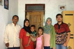 Bersama keluarga Pak Raitu, keluarga angkat selama di Bawean (foto: Tuti)