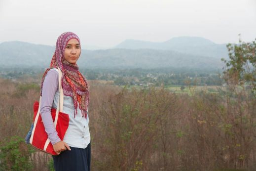 Berlatar pegunungan dan pedesaan