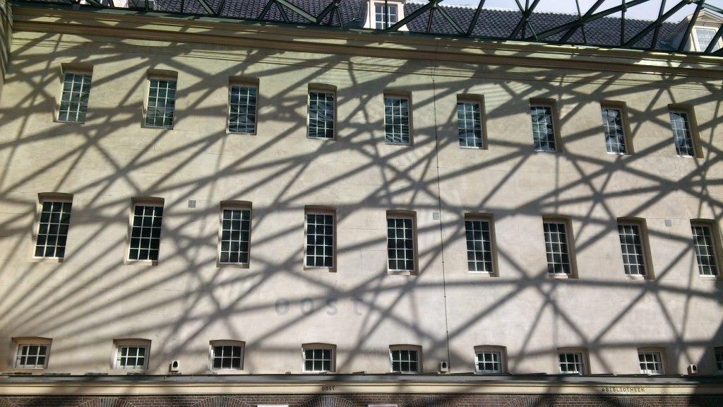 Garis-garis pada atap kaca memghadirkan refleksi indah di dinding museum.