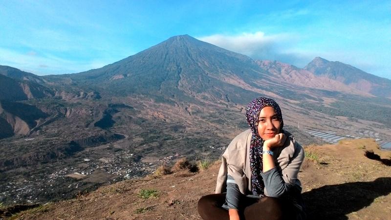 Numpang selfie dari puncak (foto oleh Zahra)