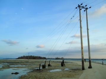 Tiang listrik yang tak lagi terendam air laut