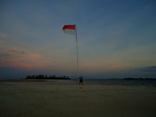 Merah putih kala matahari tenggelam