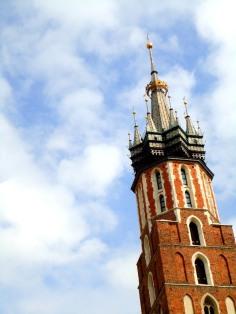 Pada jam-jam tertentu, terdapat dua pemain terompet beraksi dari menara gereja ini.