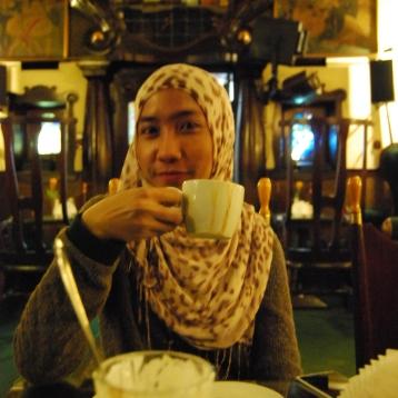 Menikmati kopi (foto: Fafa)