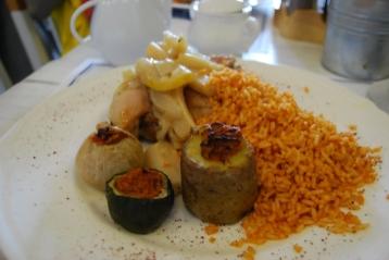 Menu pilihan saya: nasi dan aneka lauk vegetarian.