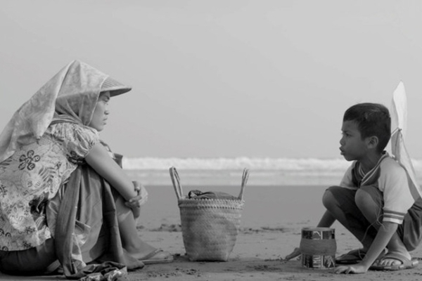 Siti bersama anaknya, Bagas, di Pantai Parangtritis. (sumber: harnas.co)