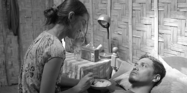 Siti dengan sabar menyuapi suaminya, Bagus. (sumber: entertainment.kompas.com)