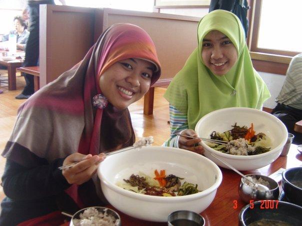 Vegetarian bibimbap adalah salah satu menu yang bisa kami makan. :D