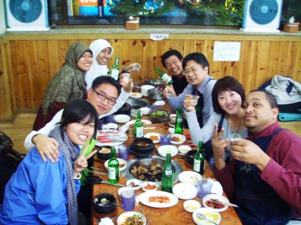 Makan malam perpisahan bersama teman dan dosen. Tentu mereka meminum soju. :D