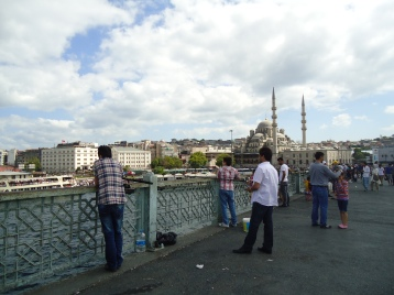 Suasana sore di Galata Bridge