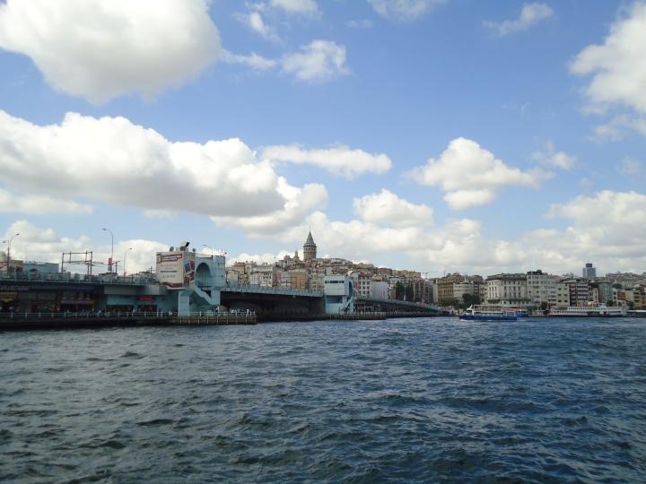 Galata Tower dan Galata Bridge dari kejauhan